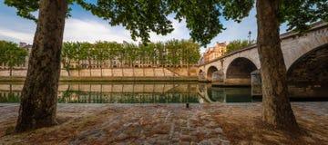 Mañana del verano en París por el río el Sena y el Saint Louis de Ile Foto de archivo
