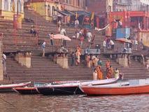 Mañana en un ghat de Varanasi sobre el Ganges Foto de archivo libre de regalías