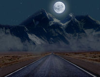 Maanbeschenen bergweg Royalty-vrije Stock Afbeelding
