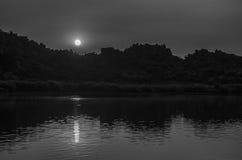 Maanbeschenen nacht, bezinning Royalty-vrije Stock Afbeelding