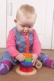 18 maand het oude babby spelen met houten stuk speelgoed Stock Fotografie