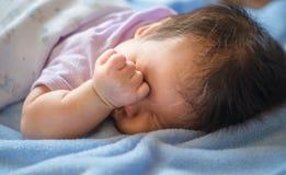 1-maand-oud sliep de baby Stock Foto's