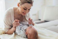 2 maand oude baby met mamma Stock Fotografie