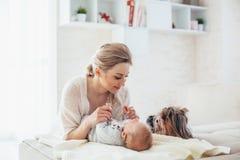 2 maand oude baby met mamma en hond Royalty-vrije Stock Foto's