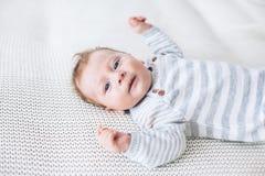 2 maand oude baby op een deken Stock Foto