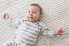 2 maand oude baby op een deken Stock Afbeeldingen