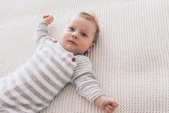 2 maand oude baby op een deken Stock Foto's