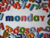 Maandagbanner met kleurrijke kleine letters stock afbeeldingen