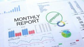 Maandelijks goedgekeurd rapport, gestempelde verbinding over officieel document, bedrijfsproject stock foto