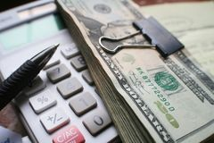 Maandelijkse Rekeningen met Calculator & Hoge Jaren '20 - kwaliteit Stock Foto's