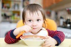 18 maanden baby het eten Stock Afbeelding