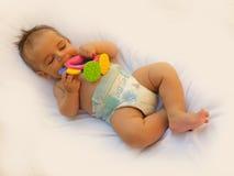 3 maanden oud babyjongen het spelen met tandjes krijgenstuk speelgoed Royalty-vrije Stock Foto's