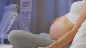 9 maanden van zwangerschap stock video