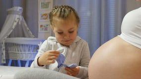 9 maanden van zwangerschap stock videobeelden