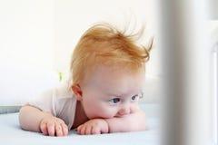 5 maandkind die in wieg leggen Stock Afbeelding