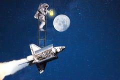Maanexploratie ruimtemens die op pendel vliegen royalty-vrije stock fotografie