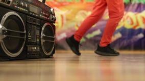 Maangang op de dansvloer stock videobeelden