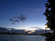 Maanlandschap bij zonsondergang stock afbeeldingen