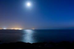 Maanlicht en het overzees stock afbeeldingen