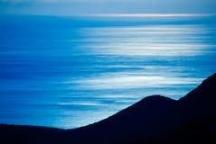 Maanlicht op vlotte oceaanoppervlakte Royalty-vrije Stock Foto's