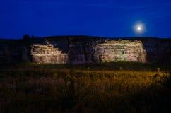 Maanlicht over verlichte klippen Royalty-vrije Stock Fotografie