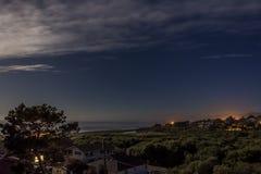 Maanlicht, sterren, donkerblauwe hemel, en witte wolken Stock Afbeelding