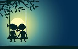 Maanlichtsilhouetten van een jongen en een meisje Royalty-vrije Stock Foto