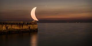 Maanstandbeeld bij Thessaloniki haven, Griekenland stock foto's