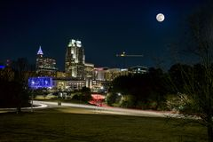 Maanstijging over Raleigh stock foto's