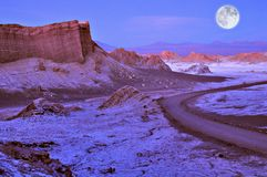 Maanvallei in Atacama-woestijn in zonsondergangtijd, stock afbeeldingen