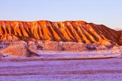 Maanvallei in Atacama-woestijn in zonsondergangtijd, stock afbeelding