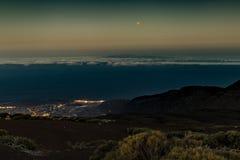 Maanverduistering 27 Juli, 2018, Tenerife Rode Maan en Mars dicht bij elkaar vlak na zonsondergang Nachtlichten van kust stock afbeelding