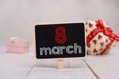 8 Maart-bericht op weinig chalkboar wordt geschreven die stock fotografie
