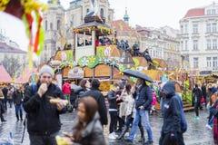 25 MAART, 2016: Bezoekers van de traditionele Pasen-markten op Oud Stedenvierkant in Praag, Tsjechische republiek Stock Afbeelding