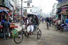 6 Maart 2015 - Bihar, India: In landelijke taxis van de de families nog fiets van India voor vervoer stock afbeeldingen