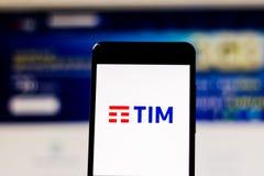 10 maart, 2019, Brazilië Exploitantembleem 'TIM 'op het scherm van het mobiele apparaat Het is een telefoonbedrijf in Brazilië Zi royalty-vrije stock foto's
