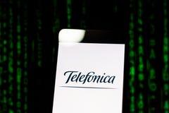10 maart, 2019, Brazilië Het embleem van 'Telefonica 'op het mobiele apparatenscherm Globaal werkend, is het één van grootste vas royalty-vrije stock afbeeldingen