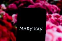 10 maart, 2019, Brazilië Mary Kay-embleem op het scherm van het mobiele apparaat Het is een Amerikaans op de markt brengend binne stock afbeeldingen