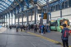 09 Maart, 2017 - Brighton, het UK Mensen die van de trein dat krijgen Royalty-vrije Stock Afbeelding