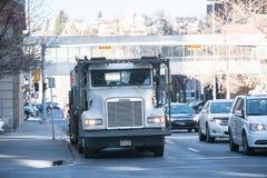 13 maart 2016 - Calgary, Alberta - Canada - Vervoerder door kant van de weg binnen in Calgary dat van de binnenstad wordt geparke stock afbeelding
