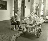 10 maart, 2019, Casablanca, Marokko: Vakman, timmerman, productiestoelen en het verkopen van hun goederen op de straten van royalty-vrije stock afbeelding