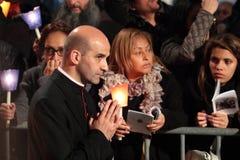 De kerkvorst tijdens de Manier van het Kruis zat door Paus Francis I voor Stock Foto