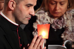 De kerkvorst tijdens de Manier van het Kruis zat door Paus Francis I voor Stock Afbeelding
