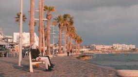 16 maart, 2019/Cyprus, Paphos-Toeristenpromenade in Paphos, Cyprus Mensen die op kade lopen Voetweg met ontspannende mensen o stock video