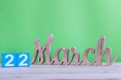 22 maart Dag 22 van maand, dagelijkse houten kalender op lijst en groene achtergrond De lentetijd, lege ruimte voor tekst Stock Foto's