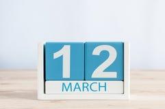 12 maart Dag 12 van maand, dagelijkse kalender op houten lijstachtergrond De lentedag, lege ruimte voor tekst Stock Foto's
