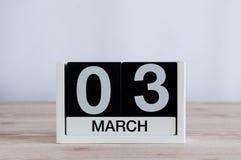 3 maart Dag 3 van maand, dagelijkse kalender op houten lijstachtergrond De lentetijd, lege ruimte voor tekst Stock Fotografie