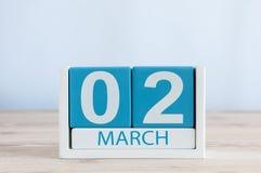 2 maart Dag 2 van maand, dagelijkse kalender op houten lijstachtergrond De lentetijd, lege ruimte voor tekst Stock Fotografie