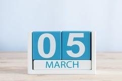 5 maart Dag 5 van maand, dagelijkse kalender op houten lijstachtergrond De lentetijd, lege ruimte voor tekst Stock Afbeeldingen
