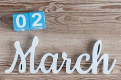 2 maart Dag 2 van maart-maand, dagelijkse kalender op houten lijstachtergrond met gesneden teksten De de lentetijd… nam bladeren, Royalty-vrije Stock Fotografie